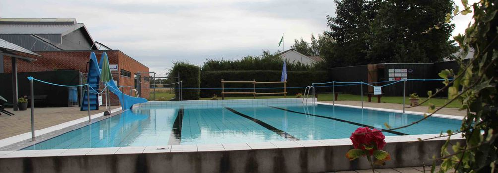 Sommerafslutning med pool og grill-hygge